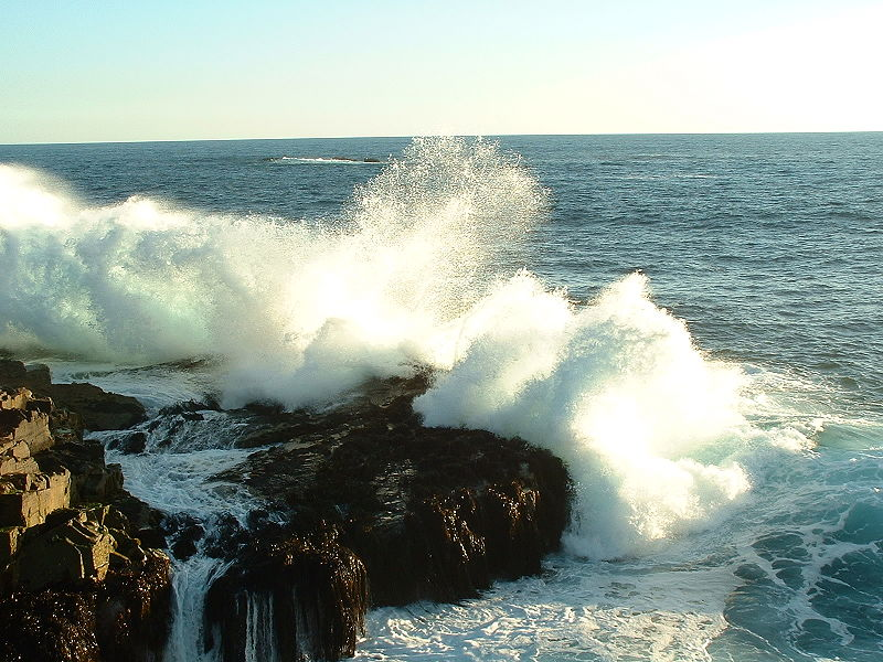 تسرب الهواء المحبوس عند ارتطام الامواج بشاطئ صخري