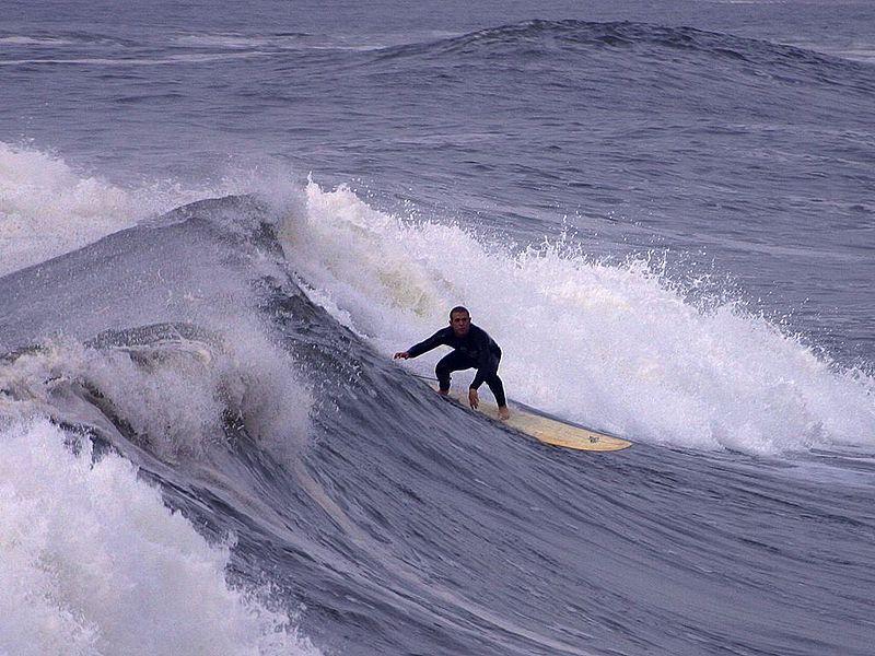 الموجات المتنامية يتكون اعلاها زبد البحر
